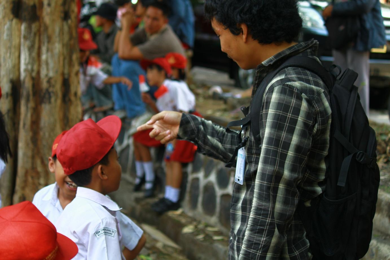 Suasana saat bercengkrama dengan siswa-siswi SD yang hendak menyambut Boediono.