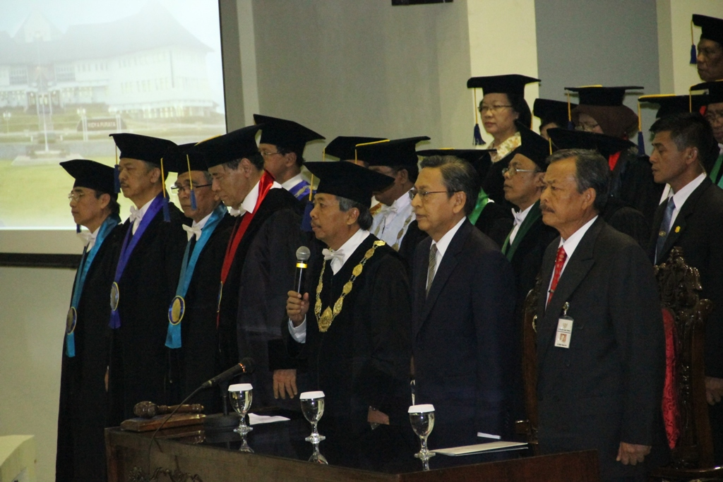 Boediono dan para petinggi Universitas Diponegoro di Gedung Prof. Soedarto.