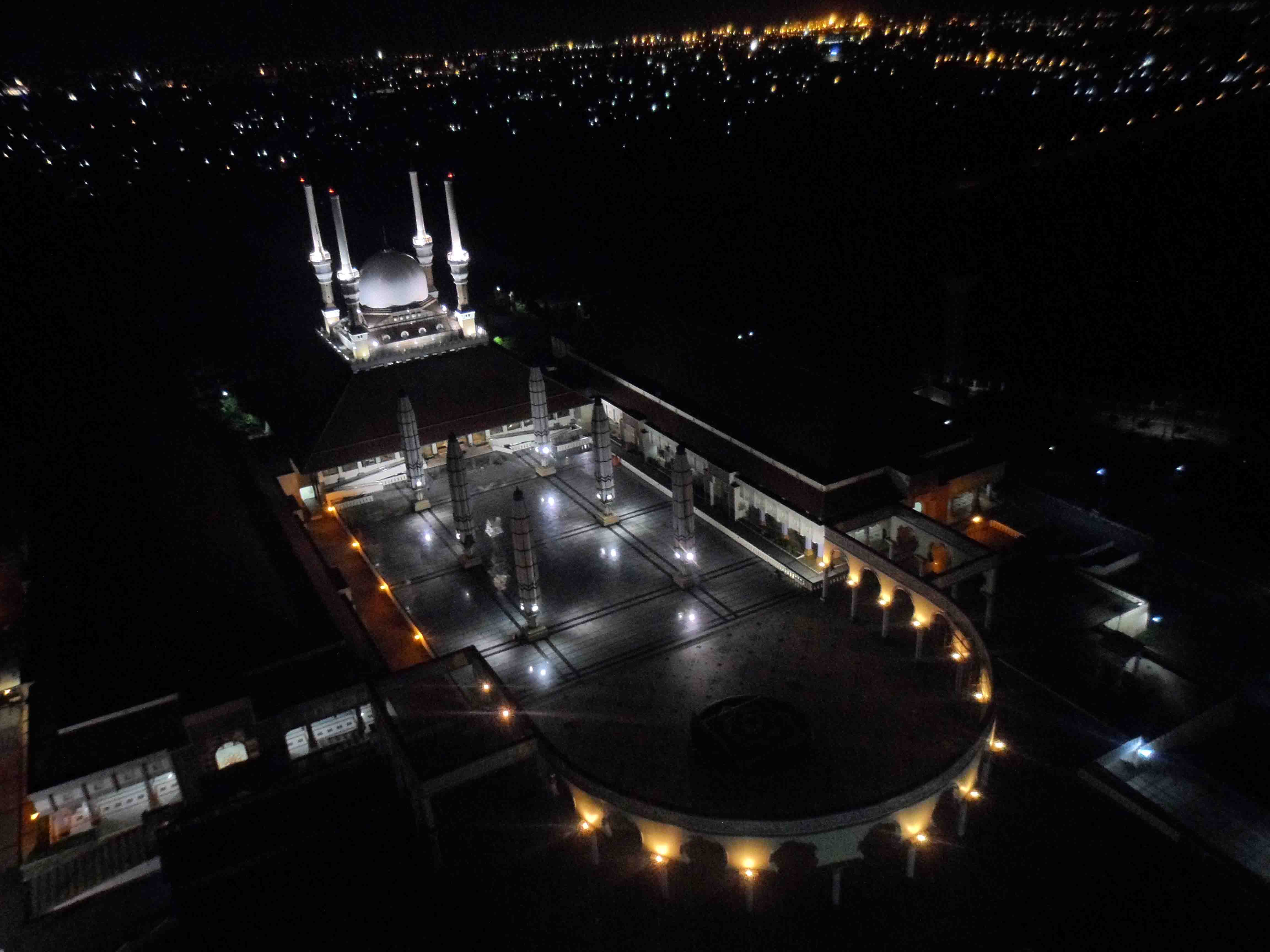 Potret Mesjid Agung Jawa Tengah pada malam hari.